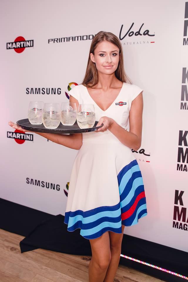 Hostessa z agencji warszawskiej ze szklankami