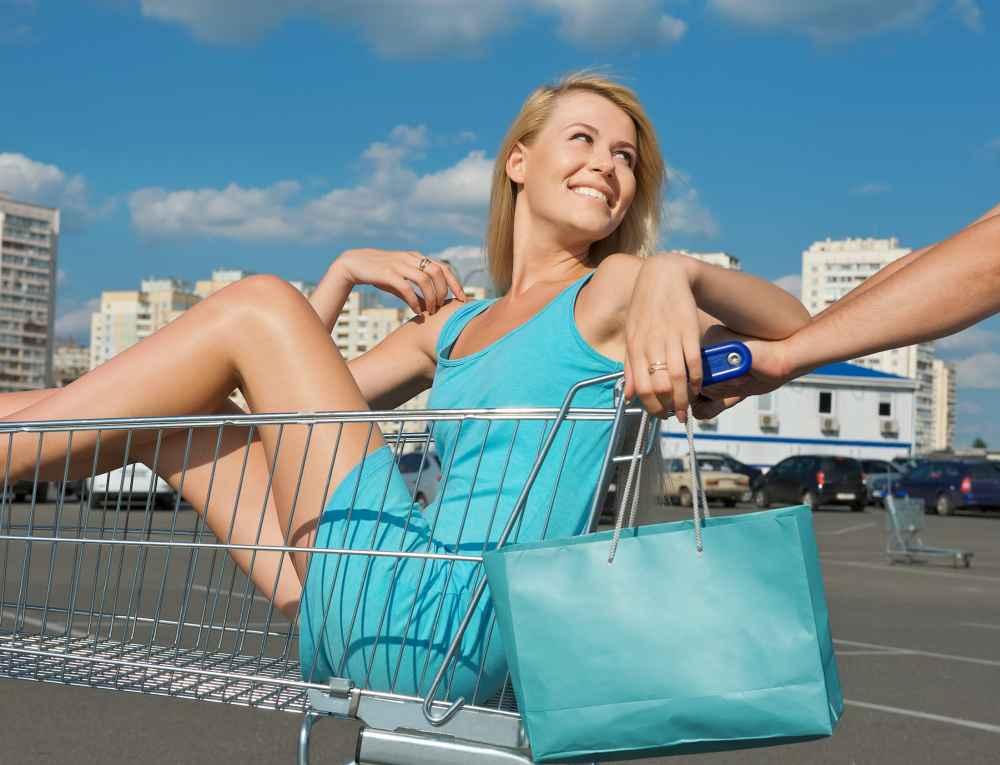 hostessa w pracy przed sklepem